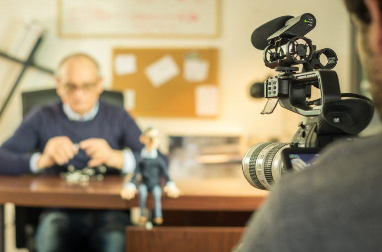 普通のオフィスで魅力的な動画を撮影する3つの方法